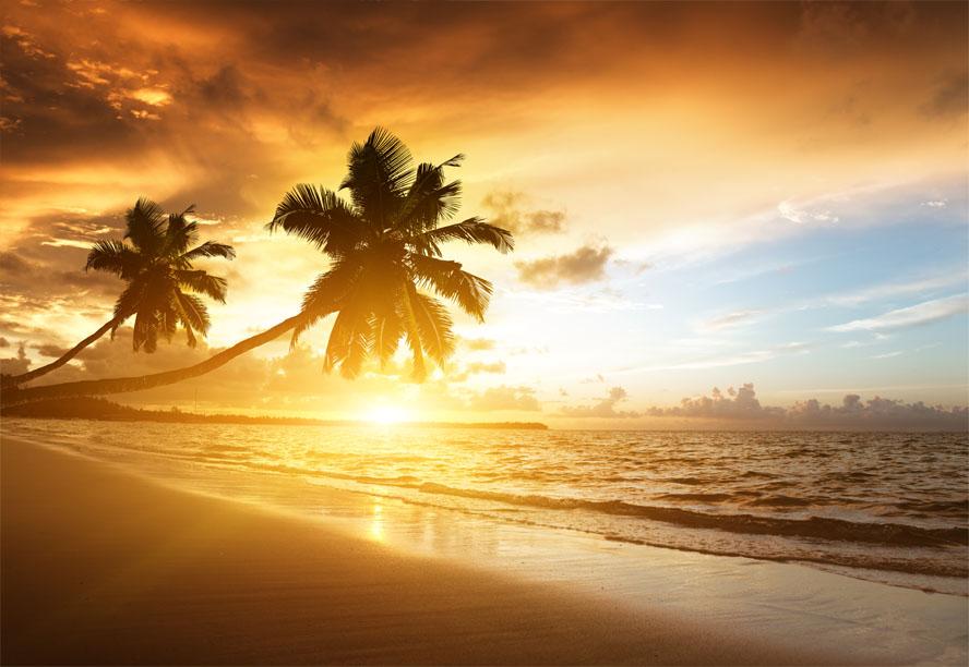 Zonsondergang op het strand van Caribische zee