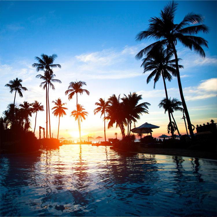 Zonsondergang op strandresort in de tropen