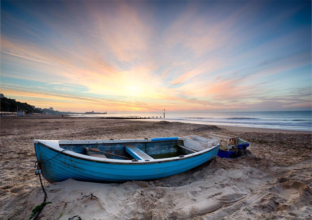 Vissersboot bij zonsopgang