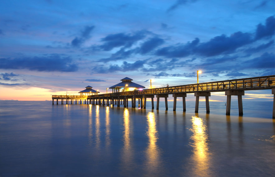 Pier bij zonsondergang in fort myers, Florida
