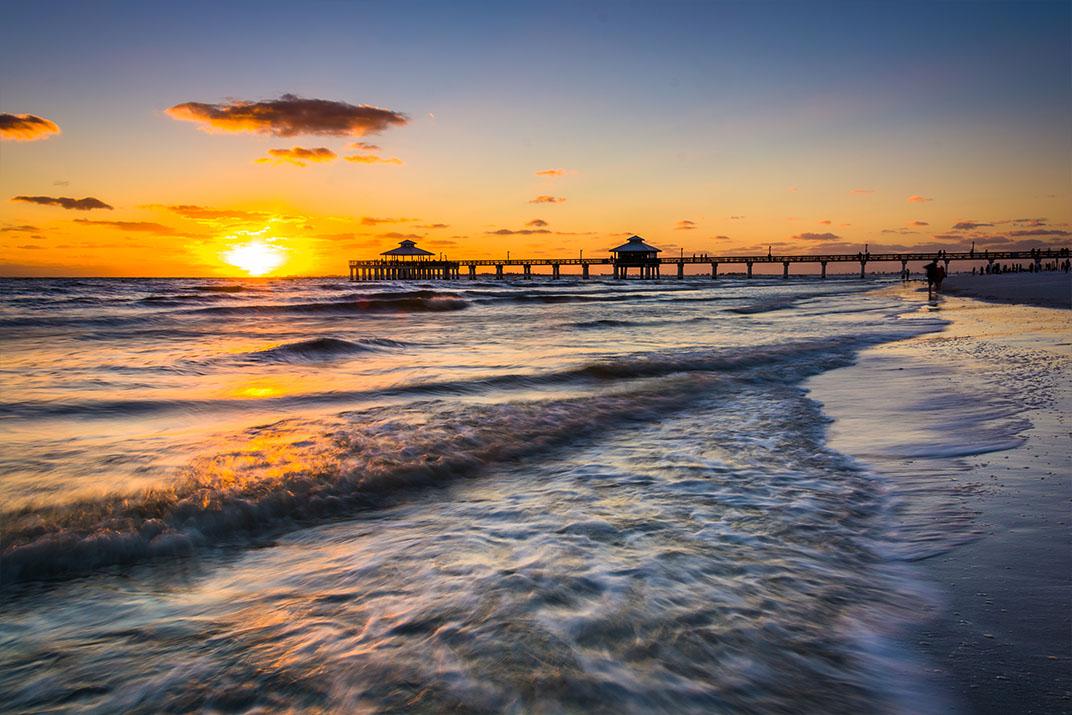Zonsondergang over de visserij pier Fort Myers