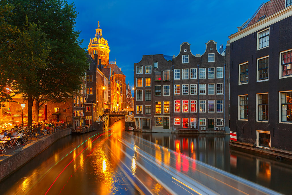 Nacht uitzicht op de kanalen van Amsterdam