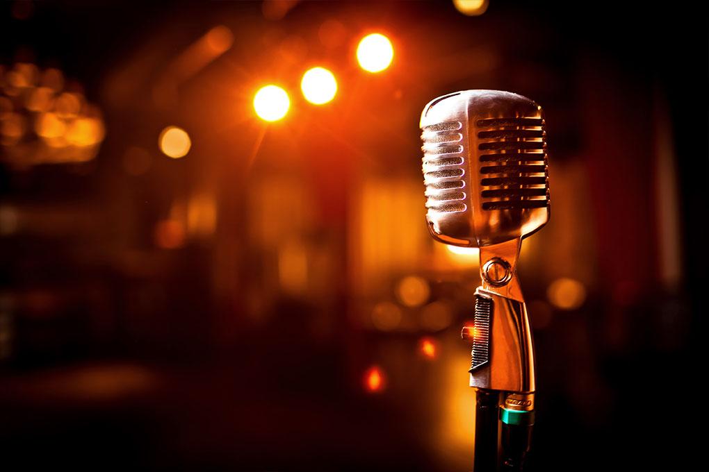 Retro microfoon op het podium