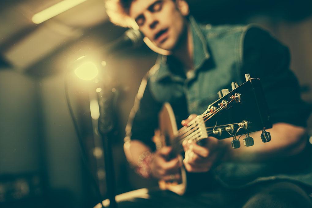Akoestische gitaar in handen van zanger