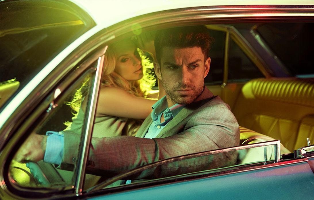 Aantrekkelijke paar in de retro auto