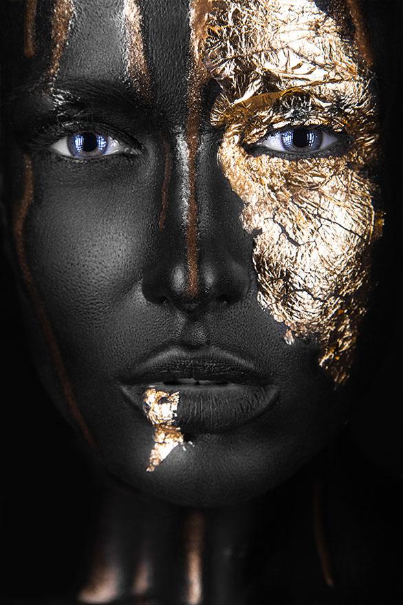Vrouw met gouden make-up