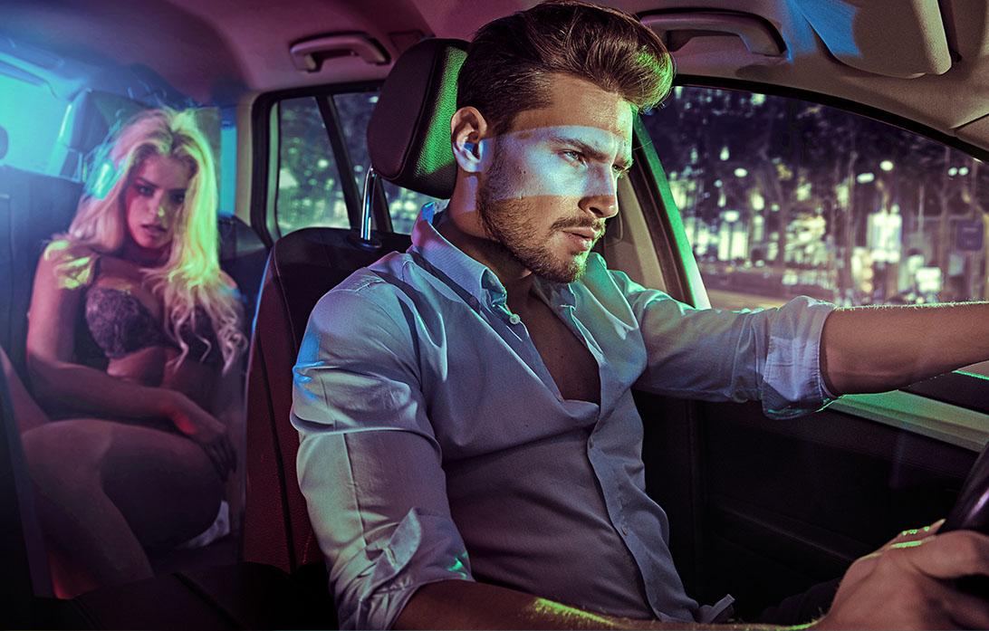 Sexy paar in een elegante auto