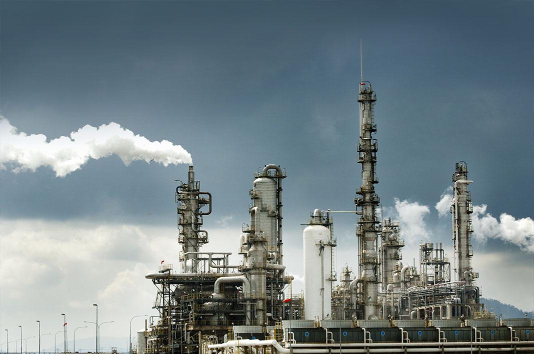 Olieraffinaderij met rook