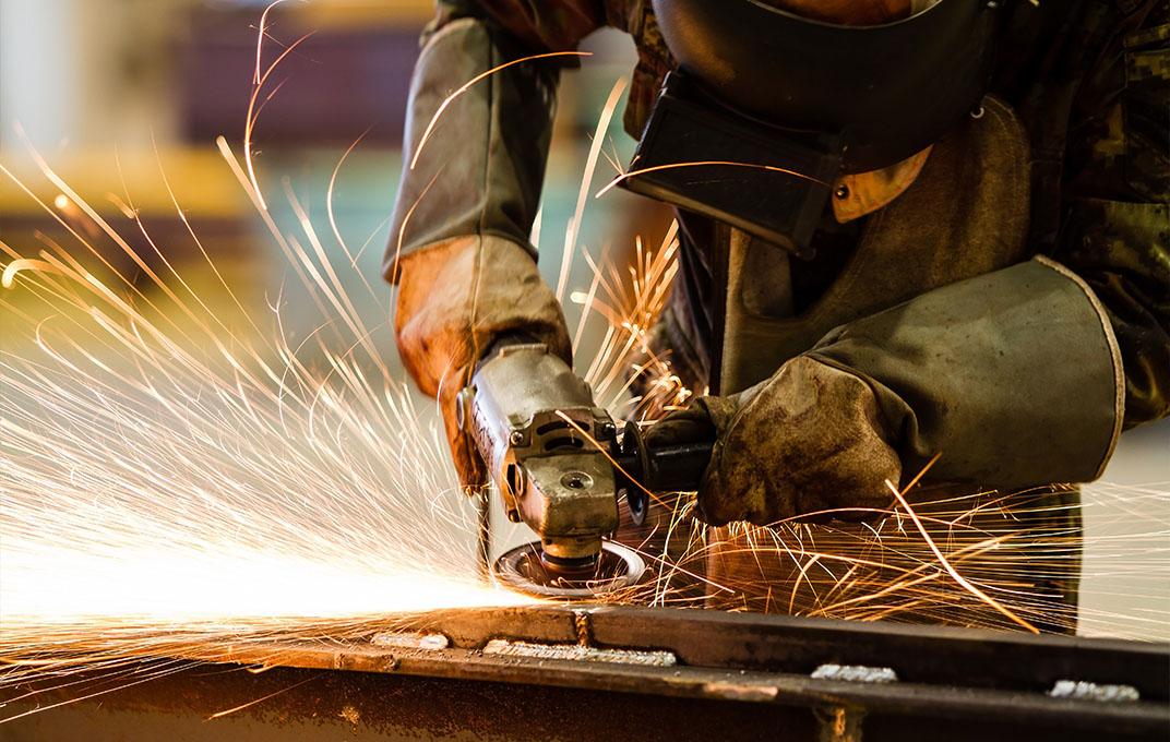 Slijpen van staalconstructie in fabriek