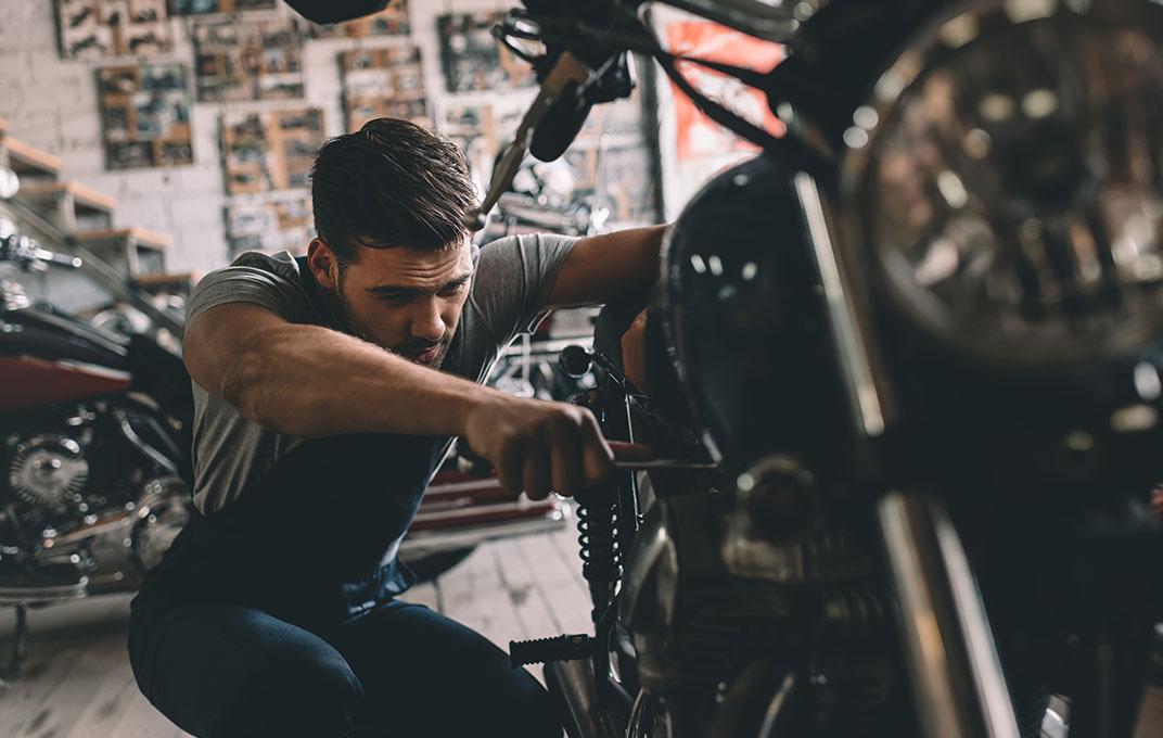Monteur bij motor