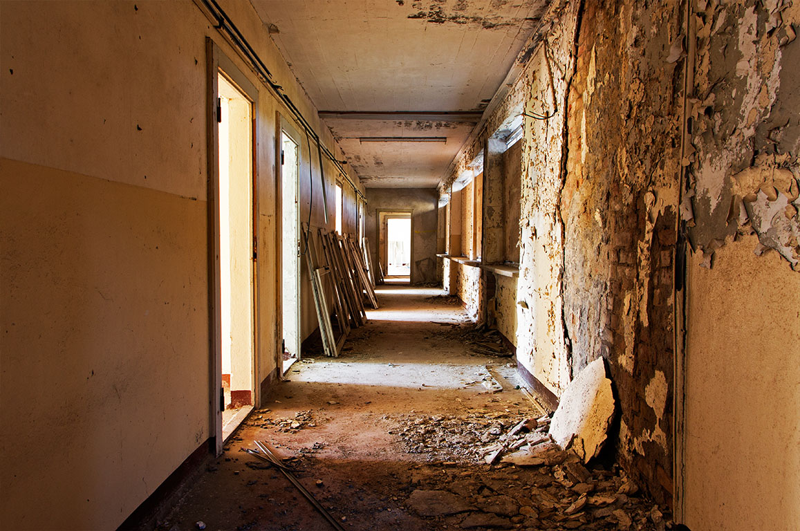 Oude verlaten kamer en gang van een gebouw