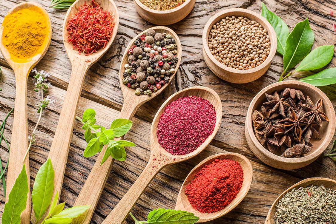 Assortiment van kleurrijke kruiden
