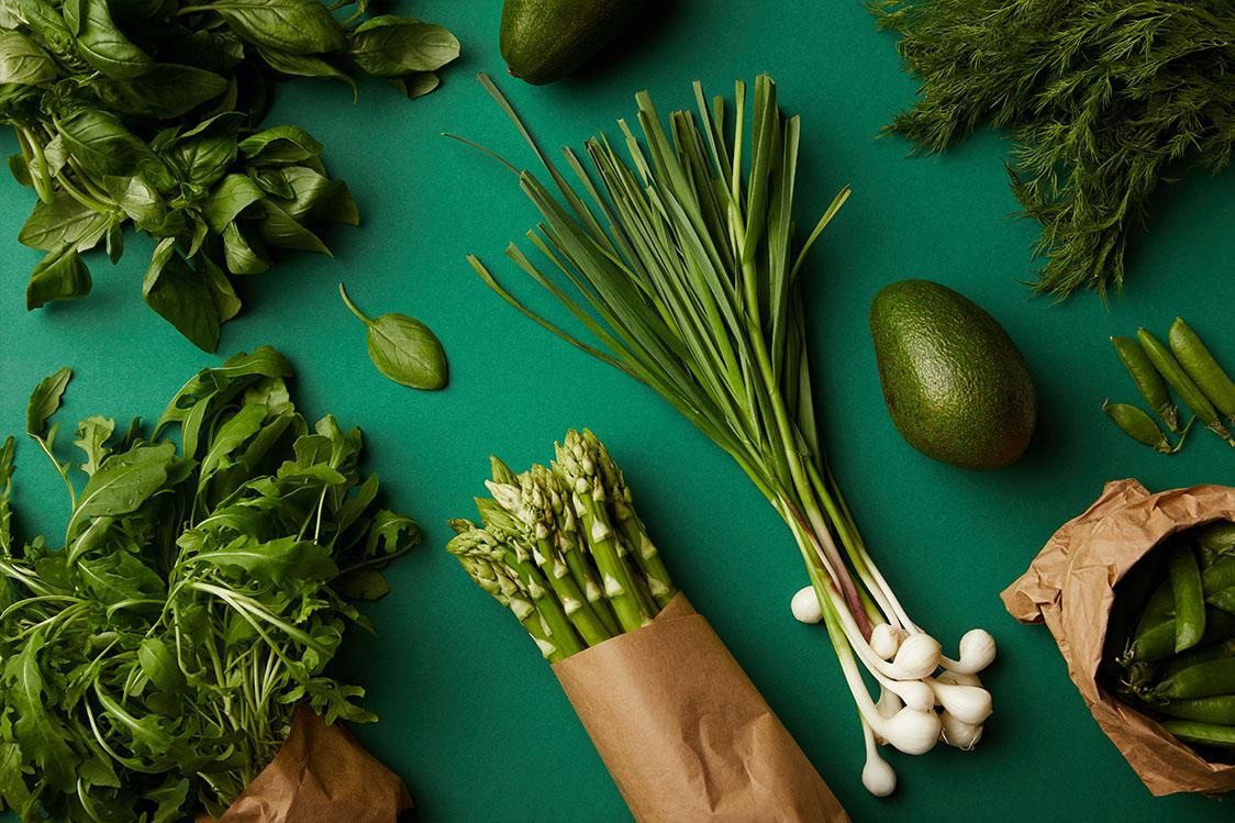 Diverse rijpe groenten op groen oppervlak
