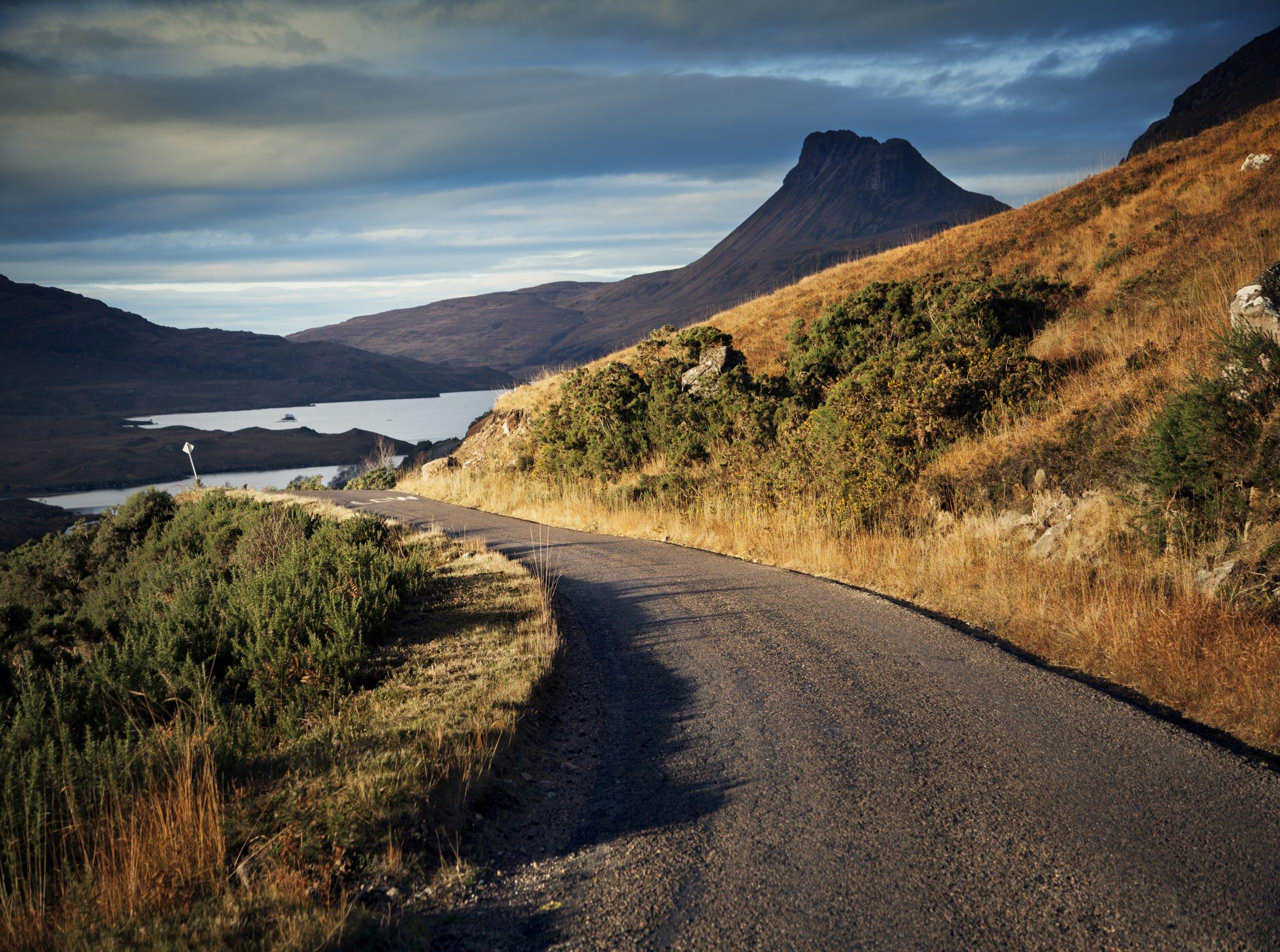 Landelijke weg en uitzicht op Stac Pollaidh