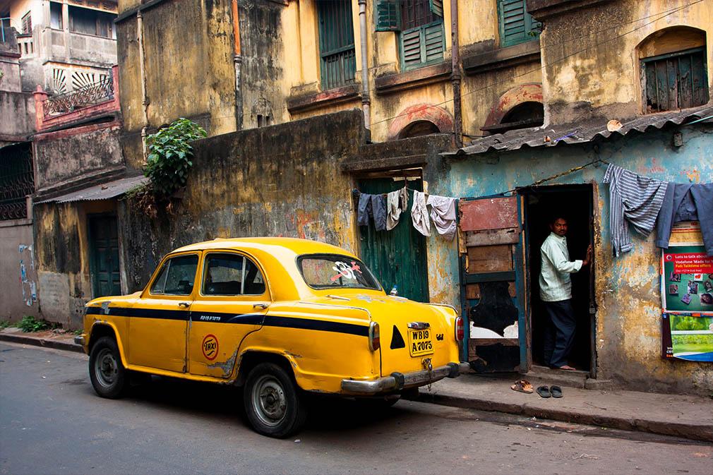 Vintage gele taxi auto gestopt bij de oude straat