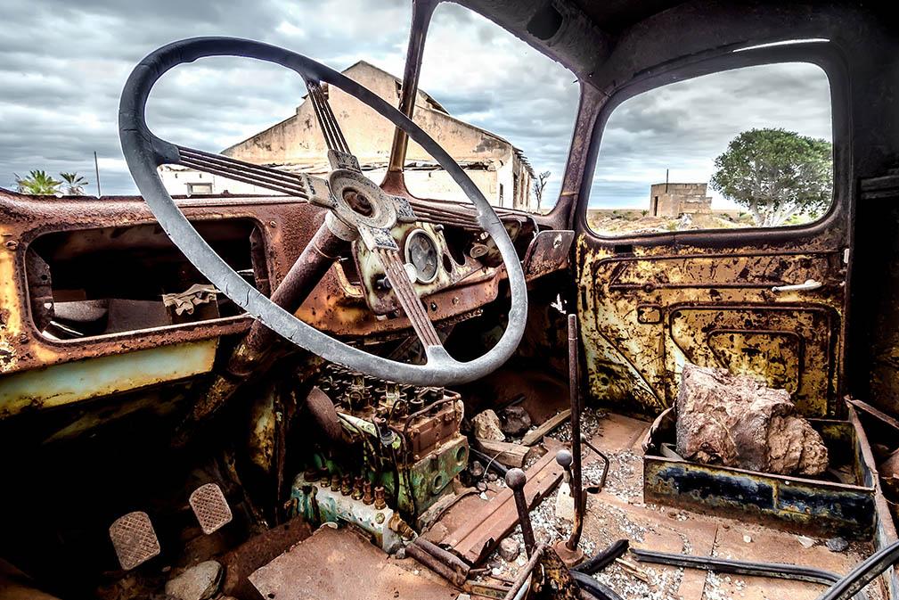 Binnenkant van oude en roestige truck cab