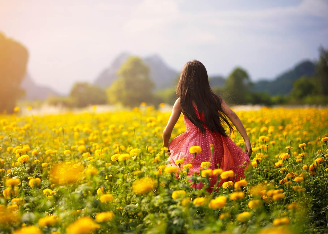 Aziatisch meisje in bloembollenveld