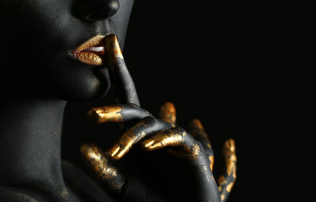 Mooie vrouw met zwarte en gouden verf