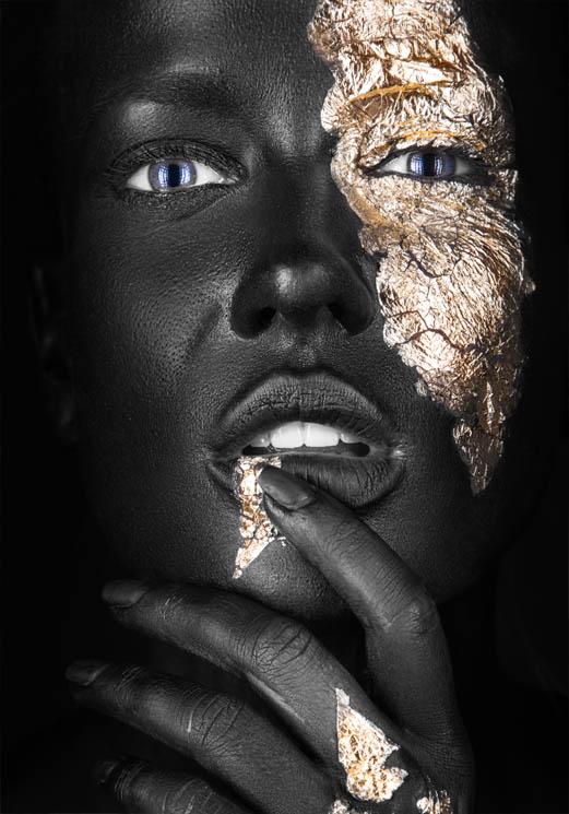 Vrouw met zwarte en gouden make-up