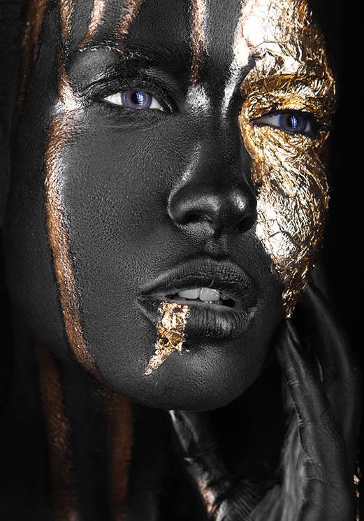 Vrouw met zwarte en gouden make-up opzij kijkend