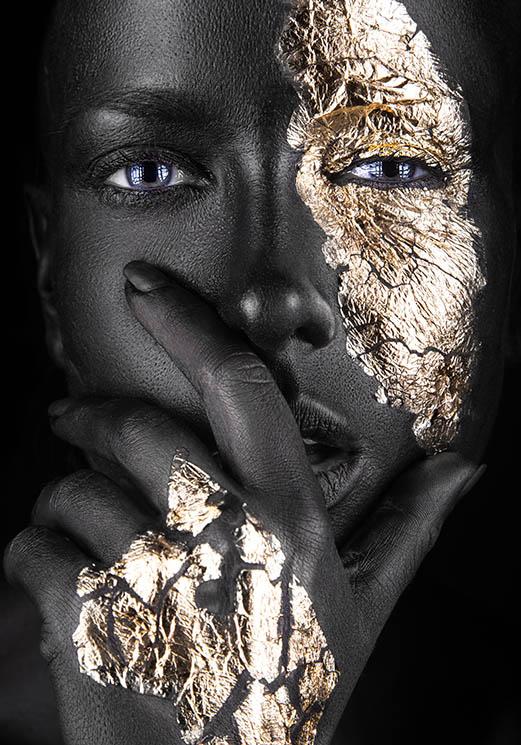 Vrouw met zwarte en gouden make-up hand