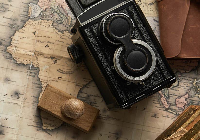 Vintage camera en stempel op kaart