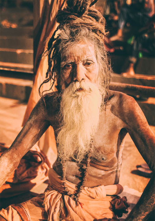 Man met geschilderd lichaam in Varanasi